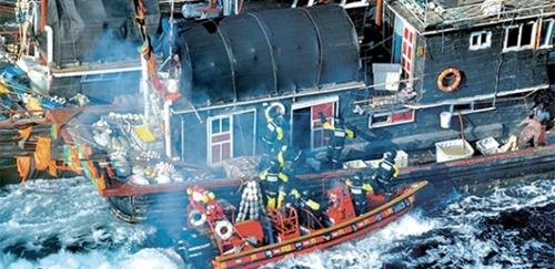 違法操業をする中国漁船を拿捕するために船体に乗り込む韓国海警。(写真=仁川海洋警備安全署)