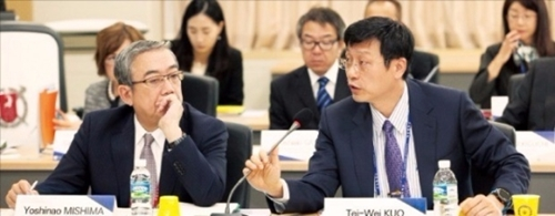 東京工業大の三島良直学長(左側)が今月15日、ソウル大で開かれた東アジア研究中心大学協議会(AEARU)で台湾国立大首席副学長の敦大維氏の発言を聞いている。(写真提供=ソウル大)