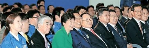 東レグループ子会社の東レ尖端素材亀尾第4工場起工式が19日に慶尚北道亀尾国家第5産業団地で開かれた。朴槿恵大統領と起工式出席者が関連映像を見てと笑っている。左からハン・ナリム東レ尖端素材青年労働者代表、チョン・マンギ産業通商資源部第1次官、日覚昭広東レ代表理事社長、朴大統領、金寛容慶尚北道知事、李泳官東レ尖端素材代表理事会長、張錫春議員、白承周議員、黄奎淵韓国産業団地公団理事長。(写真=青瓦台写真記者団)