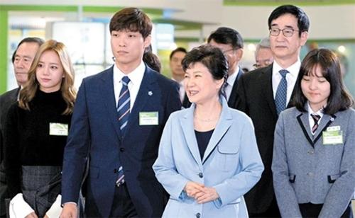 朴大統領は20日、京畿道一山KINTEXで開催された「2016大韓民国幸福教育博覧会」に出席し、教師・教授・生徒・企業人など教育関係者を激励した。左から自由学期制広報大使の歌手ヘリ、仁川市永宗中学のパク・ソクギュ教師、朴大統領、李俊植(イ・ジュンシク)教育副首相、自由学期制広報大使のイ・シウンさん(スナム中学)。(青瓦台写真記者団)
