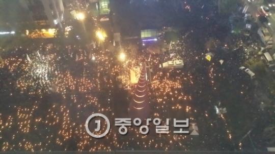 29日にソウル・清渓広場で、「朴槿恵大統領下野」を要求するろうそく集会が開かれた。