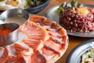 昨年、韓国でちょっとしたブームを呼んだサーモン食べ放題は、今年も引き続き人気を維持しています。韓国内でチェーン展開している「ヨノ商会(サンフェ)」は、サーモンはもちろん、いまや日本では食べられないユッケもお腹いっぱい食べられます。