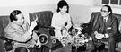 1976年のある日夜、当時の朴正熙(パク・ジョンヒ)大統領が大韓救国宣教団の夜間診療センターを訪ね、崔太敏(チェ・テミン)宣教団総裁(右)と対話している。真ん中は当時の宣教団名誉総裁の朴槿恵(パク・クネ)大統領。(中央フォト)