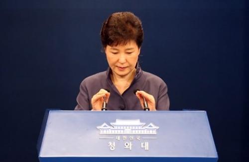 朴大統領が25日午後、青瓦台春秋館で演説文の流出について国民向けの謝罪記者会見をするためマイクを調節している。(写真=青瓦台写真記者団)