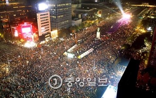 20万人余りのろうそく集会参加者が今月5日午後、ソウル光化門広場に集まり、朴槿恵大統領の退陣を求めるスローガンを叫んでいる。