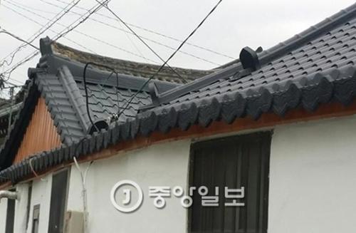 慶尚北道慶州市皇南洞の韓屋村にあるトタン瓦屋根。トタンを瓦の形に加工してある。