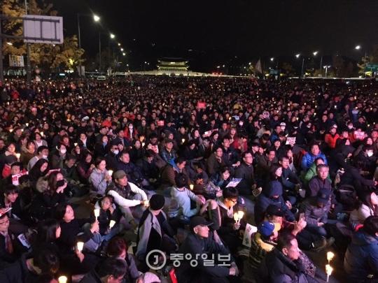 市民らがろうそくを手に光化門広場に集まっている。