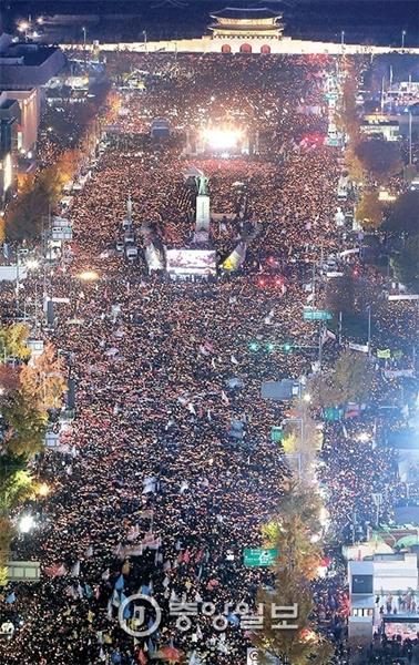 全国各地域から集まった市民100万人が灯すろうそくが12日、ソウル光化門広場とソウル広場、世宗大路をいっぱいに埋めた。彼らは「朴槿恵大統領退陣」「これが国か」等のスローガンを叫んだ。単一デモでは1987年の6月民主抗争を上回る過去最大規模となった。
