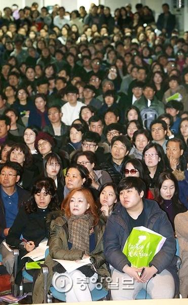 20日、ソウル梨花女子大講堂で「2017学年度大学入試説明会」が韓国の大手予備校「大成学院」の主催で開催された。受験生とその保護者が真剣な眼差しで講師の説明に耳を傾けている。