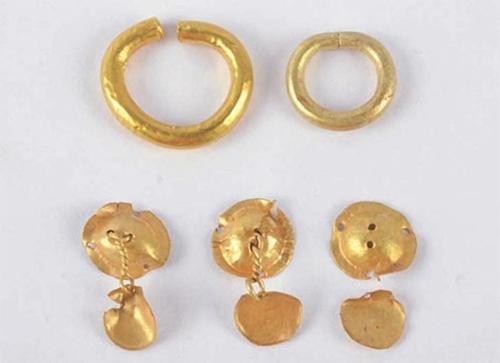 新しく発見されたソウル石村洞百済積石塚から出土した金製装飾具。(写真=漢城百済博物館)