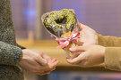 ベーカリーチェーン「PARIS BAGUETTE(パリバゲット)」では、可愛らしいハート型のチョコバゲット「ラブラブ」(2,000ウォン)をはじめ、恋人にプレゼントするのにぴったりの期間限定商品を発売。