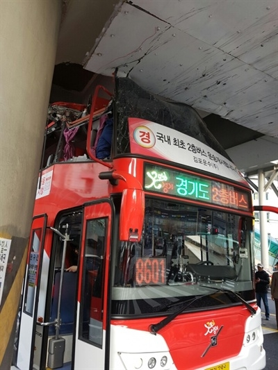 橋げたにぶつかり2階前部がひしゃげたバス。