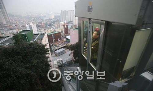 米エレベーター・ワールド社が選ぶ「2017年世界傾斜エレベーターコンテスト」で1位を獲得した釜山東区佐川洞の傾斜型エレベーター。