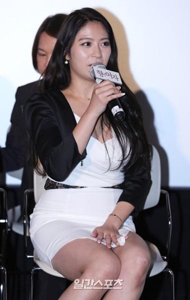 15日午後、ソウル弘大CGVで韓日合作映画『兄の女』(原題)の記者懇談会が行われ、日本のグラビアモデルのめぐりが司会者の質問に答えている。