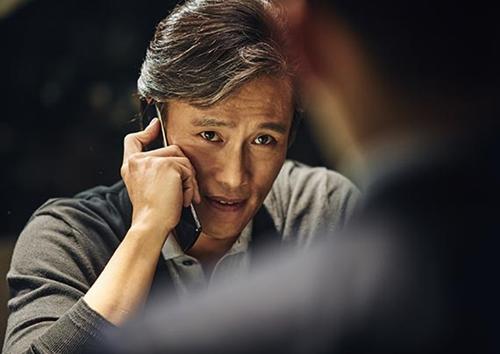 映画『マスター』でチン会長役を演じた俳優のイ・ビョンホン。少額のお金で人々を困らせる詐欺師や数十億台規模の経済犯罪とは違ったスケールの金融詐欺を繰り広げる。(写真提供=CJエンターテインメント)