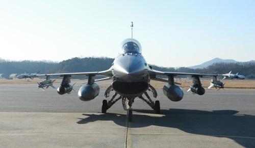 韓国空軍の主力機であるF-16戦闘機がアップグレードを終え19日戦力化を完了した。F-16は中距離空対空ミサイル(AIM-120)と空対地精密誘導爆弾(GBU-31・JDAM)を装着して精密打撃能力を確保した。(写真=韓国空軍)