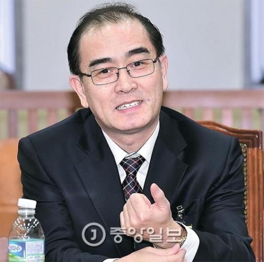 脱北した太永浩(テ・ヨンホ)元駐英公使が23日、国会情報委員会に出席し、亡命後に韓国で生活しながら感じた点などについて話した。太氏はこの日、「ろうそく集会にもかかわらず国が機能し、聴聞会で権力者に鋭い質問をする姿を見て驚いた」と述べた。