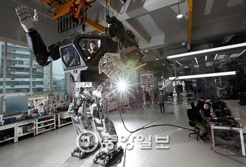 韓国未来技術が開発した人体感応型ロボット「メソッド-2」。