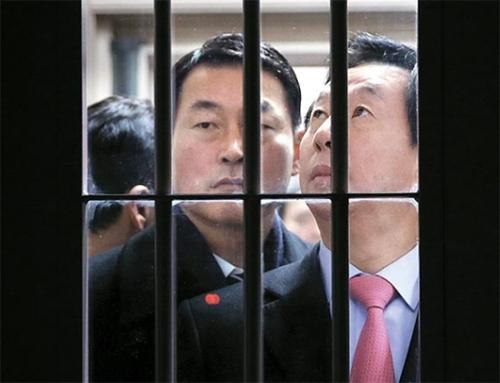 金聖泰(キム・ソンテ)国政調査特別委委員長(右)と黄永哲(ファン・ヨンチョル)議員が26日、ソウル拘置所の収監棟で崔順実(チェ・スンシル)被告に会った後、収監棟から出てきている。崔被告はこの日午前に開かれた現場聴聞会には健康上の事由で出席しなかった。(国会写真記者団)