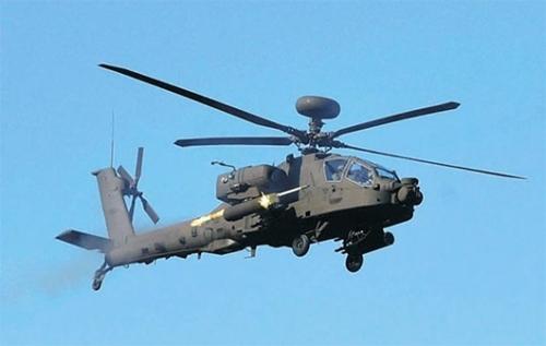 29日、京畿道楊平ピスン射撃場で導入後初の射撃訓練を実施している「アパッチガーディアン」(AH-64E)。(写真=韓国陸軍)