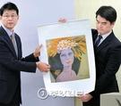 ペ・ヨンウォン検事(左側)が19日午後、ソウル中央地検で画家・千鏡子氏の『美人図』について、所蔵履歴調査・専門機関による科学鑑定・専門家による見識鑑定などを総合して真作であるとの捜査結果を発表した。