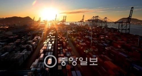 昨年12月30日、韓国の代表的な輸出入コンテナ専用埠頭である釜山港戡蛮埠頭の日の出。