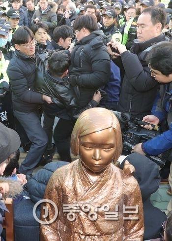 12月28日、駐釜山日本領事館前に少女像を設置しようとして市民団体と警察がもみ合いになっている様子。