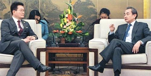 4日午後、中国北京の外務省庁舎で王毅外相(右)と宋永吉(ソン・ヨンギル)共に民主党議員が対話している。(写真=共同取材団)