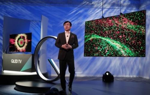 サムスン電子映像ディスプレイ事業部のキム・ヒョンソク社長が3日(現地時間)、米CESでQLEDテレビを紹介している。(写真提供=サムスン電子)