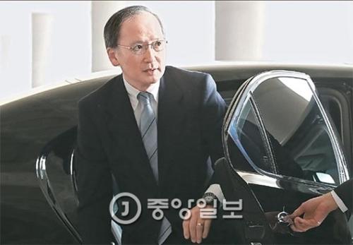 長嶺安政駐韓日本大使が9日、日本に帰国するために金浦(キンポ)空港に到着した。長嶺大使は「釜山少女像の設置は遺憾」と述べた。