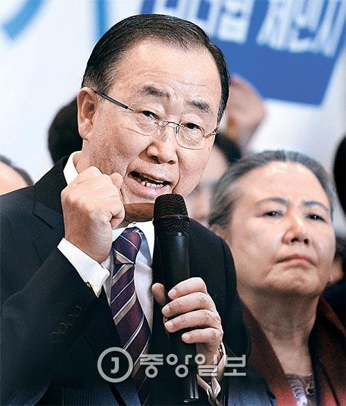 写真=潘基文(パン・ギムン)前国連事務総長が10年の任期を終え、柳淳沢(ユ・スンテク)夫人とともに12日午後、仁川国際空港を通じて帰国し、記者会見を行った。この日、空港に約400人が集まって歓迎した。