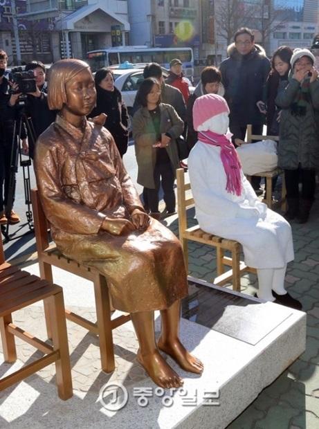 釜山の日本領事館前に設置された平和の少女像