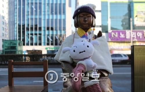 釜山東区日本総領事館前の釜山(プサン)「平和の少女像」。