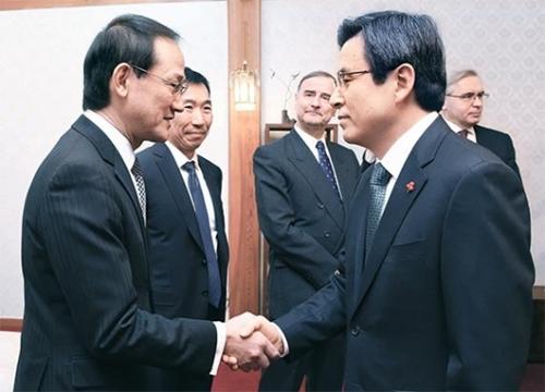 黄教安(ファン・ギョアン)大統領権限代行(右側)が17日、首相公館でパディーリャ駐韓法王庁大使、リッパート米国大使、邱国洪中国大使ら14人の駐韓外交団代表と懇談会を行った。黄権限代行が鈴木秀生・日本大使館総括公使とあいさつしている。左から2人目は韓国系のジェームズ・チェ(韓国名チェ・ウン)豪州大使。(写真=首相室)