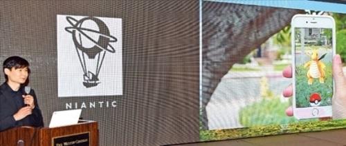 ナイアンティックのデニス・ファン理事が24日、ソウルウェスティン朝鮮ホテルで開かれた記者懇談会で位置情報ベースの拡張現実(AR)ゲーム「ポケモンGO」の韓国発売を発表している。