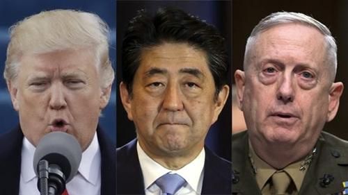 左から、ドナルド・トランプ大統領、安倍晋三首相、ジェームズ・マティス国防長官