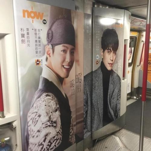 韓流ドラマの主人公の写真が貼られている香港地下鉄の内部。(写真=オンラインコミュニティ)