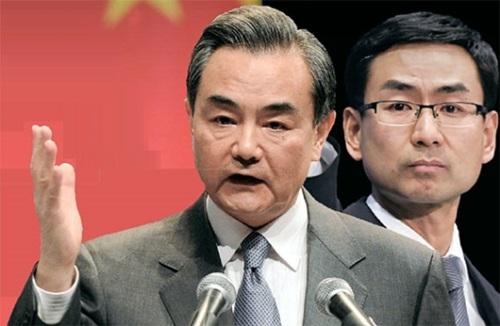 王毅外相(左)、外務省の耿爽報道官(右)
