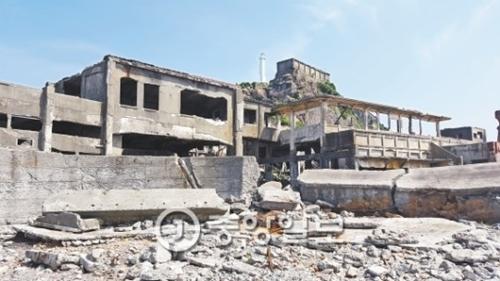 日帝強制占領期間に地下に埋まっている石炭を掘るために韓国人600人が強制労働させられた軍艦島。70余年が過ぎた現在、廃墟となっている。ユネスコ世界文化遺産に登録されたが、強制労役の現場であったことを伝える案内などは目にすることはできない。(写真=中央フォト)