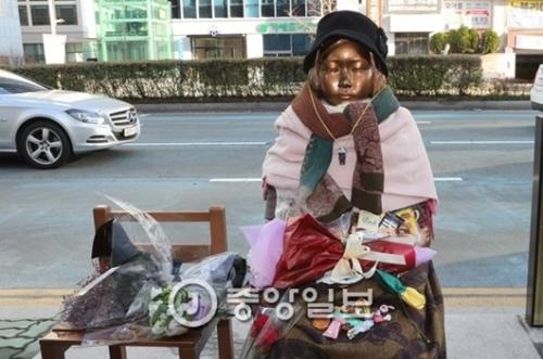 釜山日本総領事館前に設置された慰安婦平和の少女像。