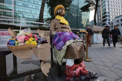 市民がソウル鍾路区中学洞の駐韓日本大使館前の「平和の少女像」に毛布をかぶせ、韓日交渉に反対するコメントを添えた。(写真=中央フォト)