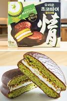 各種チョコパイにも抹茶や緑茶味が仲間入り!オリオン製菓の「チョコパイ情・抹茶ラテ」(12個入り、4,800ウォン)は、発売から1ヶ月で売上げ1,000万個を突破。しっとりとしたケーキ生地の中に、ふんわりと柔らかいマシュマロが入っているのがポイントです。