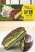 ロッテ製菓の「モンシェル・グリーンティーラテ」(6個入り、3,000ウォン)は、緑茶がほのかに香るケーキ生地で緑茶ミルククリームをサンド。材料に良質な茶葉の栽培で知られる済州(チェジュ)産の緑茶が用いられています。