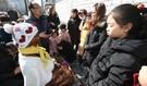 ことし1月、市民が家族単位で釜山東区庁日本領事館前に設置された少女像を訪れて記念撮影をしている。