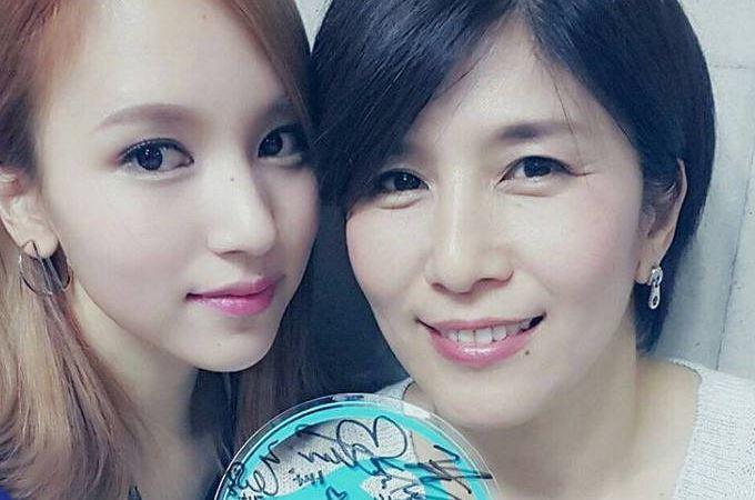 TWICEの日本人メンバー、ミナ(左)と彼女の母親(写真=オンラインコミュニティ)