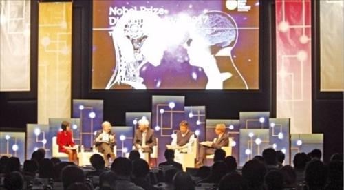先月26日に東京国際フォーラムのコンベンションセンターで開かれた「ノーベル・プライズ・ダイアログ東京2017」で、ノーベル賞受賞者と世界的な学者が人工知能と人間知能の未来をテーマに討論している。