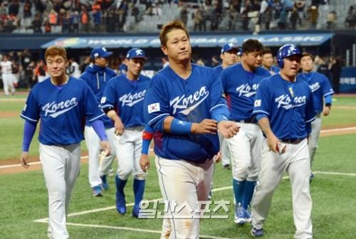 7日午後、ソウル高尺スカイドームで開かれた2017ワールド・ベースボール・クラシック(WBC)の韓国対オランダ戦で敗北を喫した韓国選手が、試合後にファンに挨拶をしている。