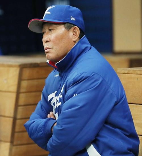 8日、高尺スカイドームで取材陣の質問に答える金寅植(キム・インシク)韓国代表監督。