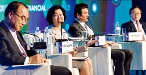 9日、ソウル・グランドハイアットホテルで開かれた「2017世界経済・金融カンファレンス」2番目のセッションでパネルが「超不確実性の時代…韓国政府と企業の選択」という主題で意見を交わしている。左側から韓半島先進化財団の朴宰完理事長(元企画財政部長官)、早稲田大学の深川由紀子教授、ベインアンドカンパニーのイ・ソンヨン代表、大韓商工会議所のイ・ドングン常勤副会長。