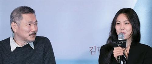 ホン・サンス監督(左)と女優キム・ミニ(右)の記者会見(写真=YouTubeキャプチャー)